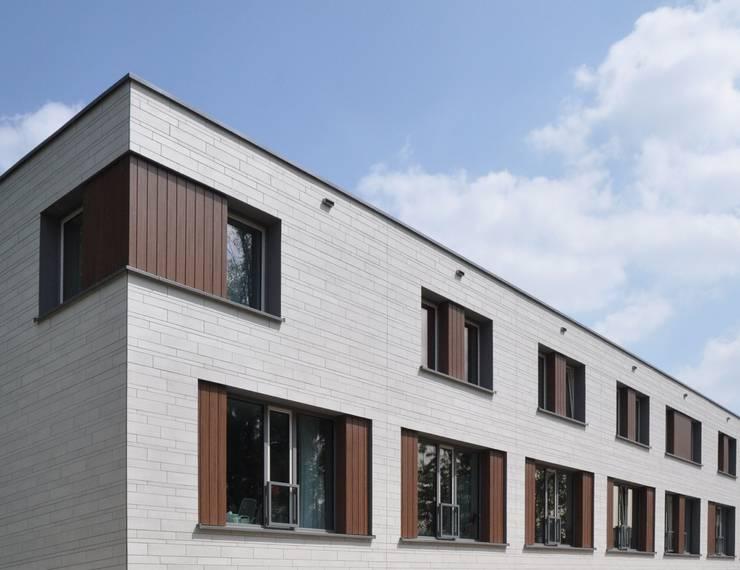 renovatie enschede:  Huizen door Wismans & De Jong Architecten BNA, Modern
