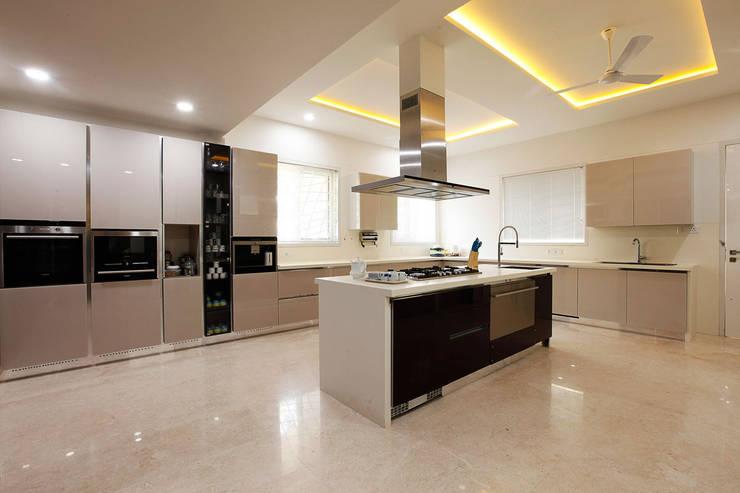NEMI VILLA:  Kitchen by INNERSPACE