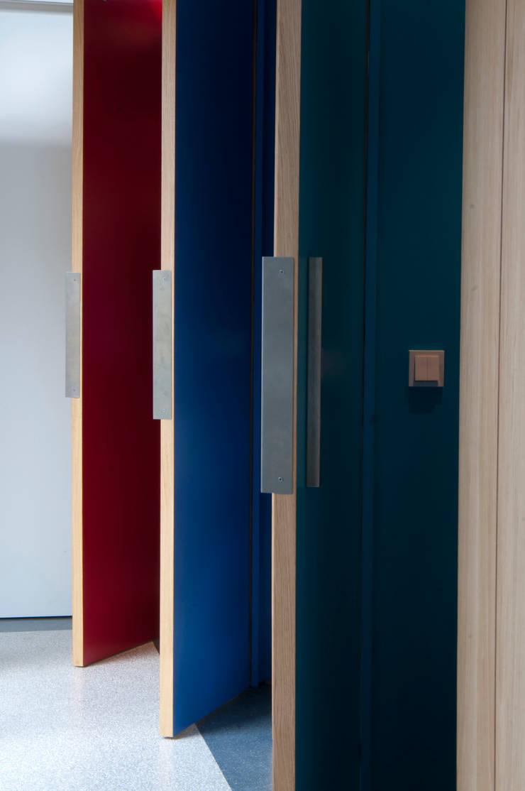 Pasillos y vestíbulos de estilo  por JANICKI ARCHITECT