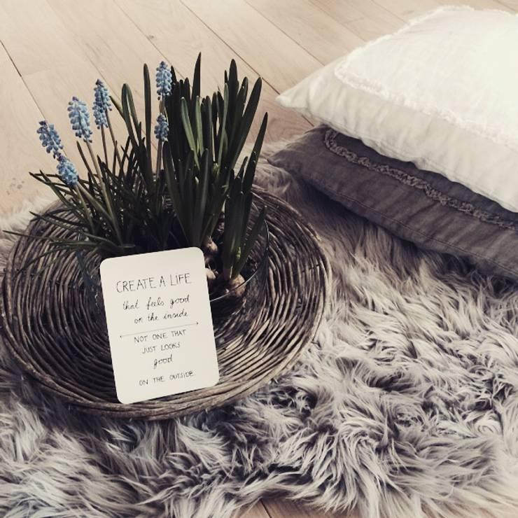 DO all things with GREAT LOVE...:  Wohnzimmer von Miavillja