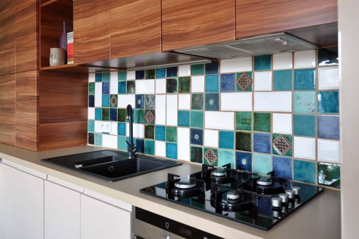 Miętowy salon z aneksem kuchennym: styl , w kategorii Kuchnia zaprojektowany przez PRACOWNIA PROJEKTOWA Ewelina Kot