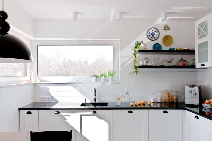 Kitchen by PRACOWNIA PROJEKTOWA Ewelina Kot