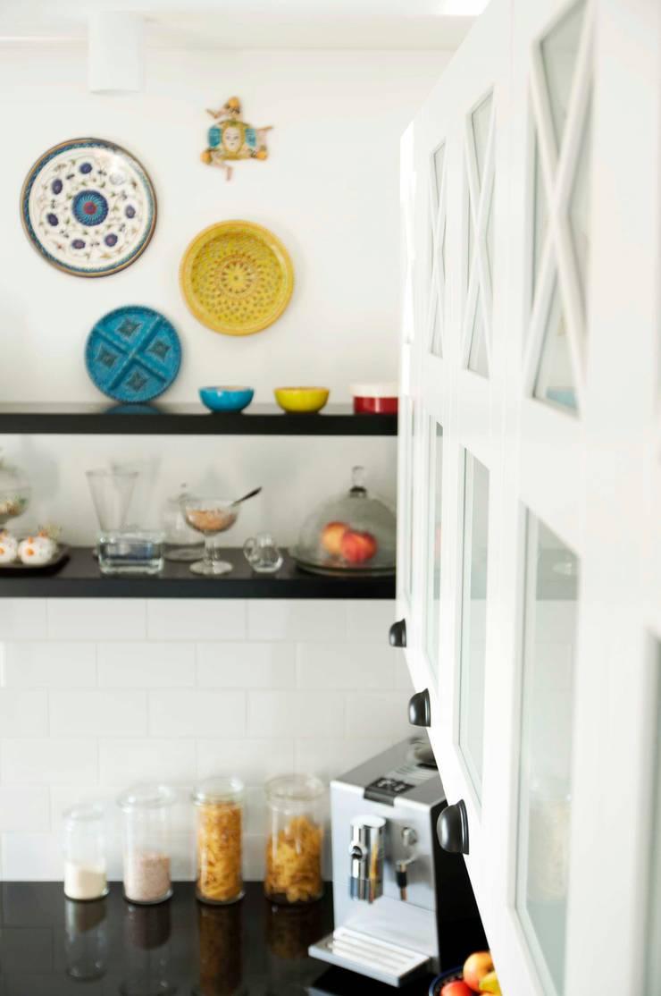 biało-czarna kuchnia: styl , w kategorii Kuchnia zaprojektowany przez PRACOWNIA PROJEKTOWA Ewelina Kot
