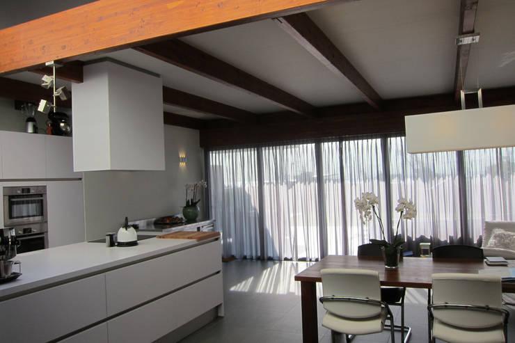 Uitbreiding woning Terschelling:  Keuken door Heldoorn Ruedisulj Architecten, Modern