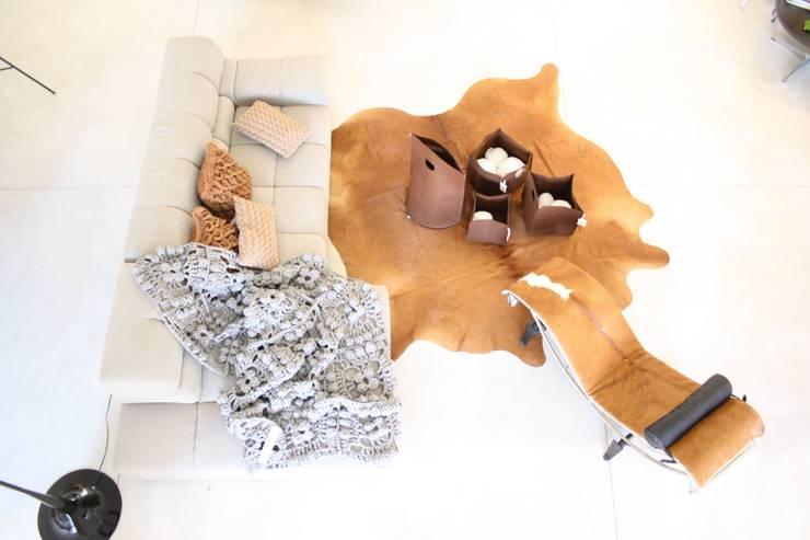 OUTONO E INVERNO: Sala de estar  por Entre Led e Design