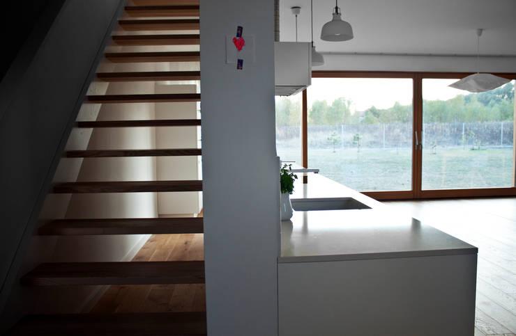 Projekty domów - House 27.1: styl , w kategorii Korytarz, przedpokój zaprojektowany przez Majchrzak Pracownia Projektowa,