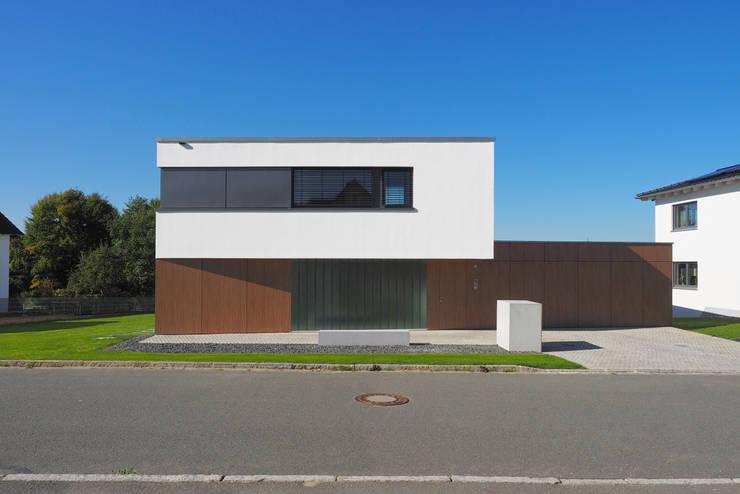 Ansicht Osten: moderne Häuser von Fichtner Gruber Architekten