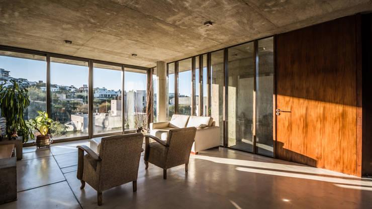 Salas / recibidores de estilo  por Arq. Santiago Viale Lescano