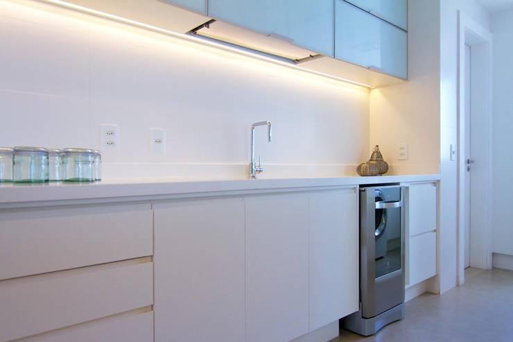 Cozinha Gourmet Branca: Cozinhas  por Palloma Meneghello Arquitetura e Interiores