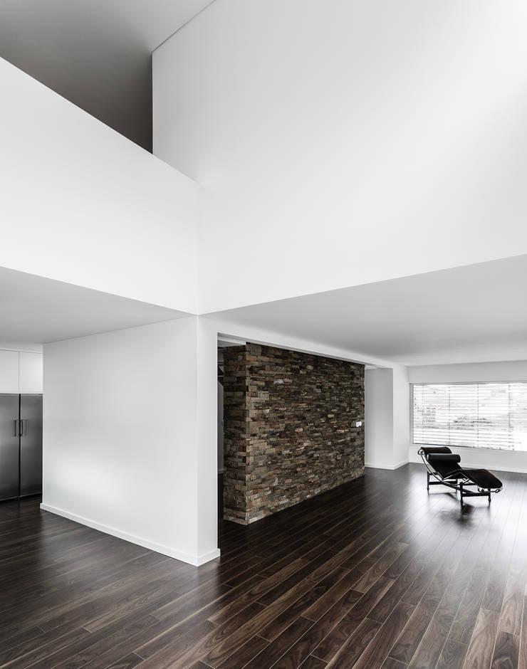 Casa Lote 31: Casas  por ADOFF - Arquitetos