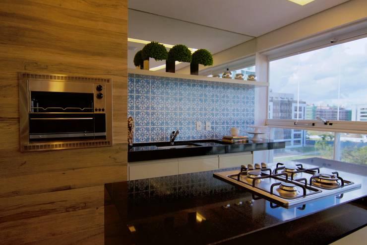 Varanda Gourmet – Madeira e azulejos: Terraços  por Palloma Meneghello Arquitetura e Interiores,
