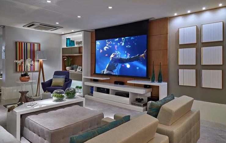 Decora Lider Vitória – Sala de estar, Home Theater e Jantar: Salas multimídia  por Lider Interiores