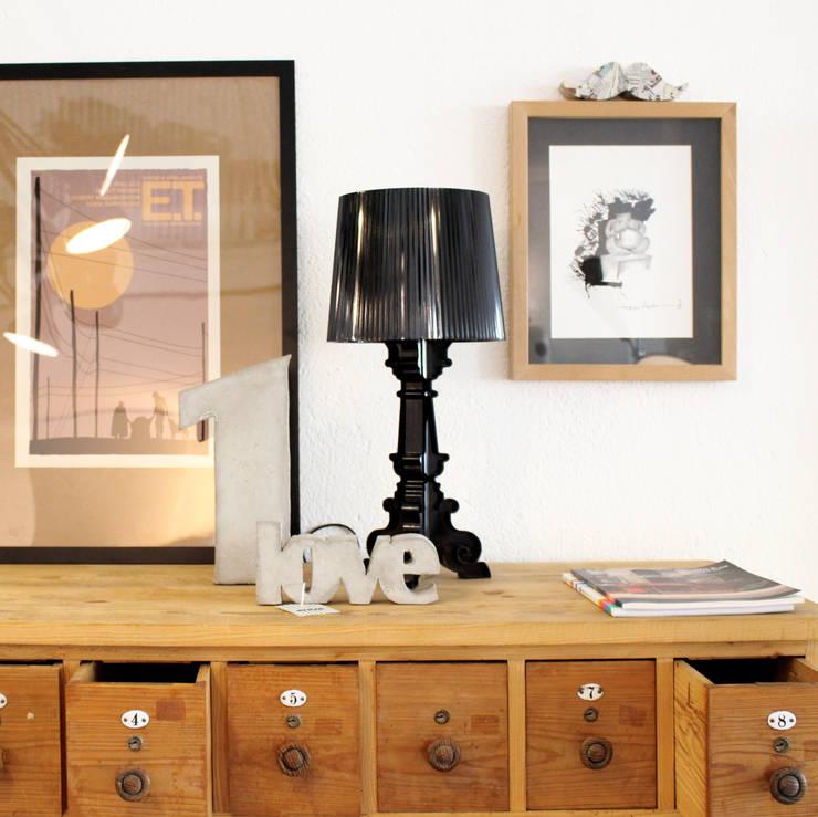 ILUMINAÇÃO: Sala de estar  por Entre Led e Design