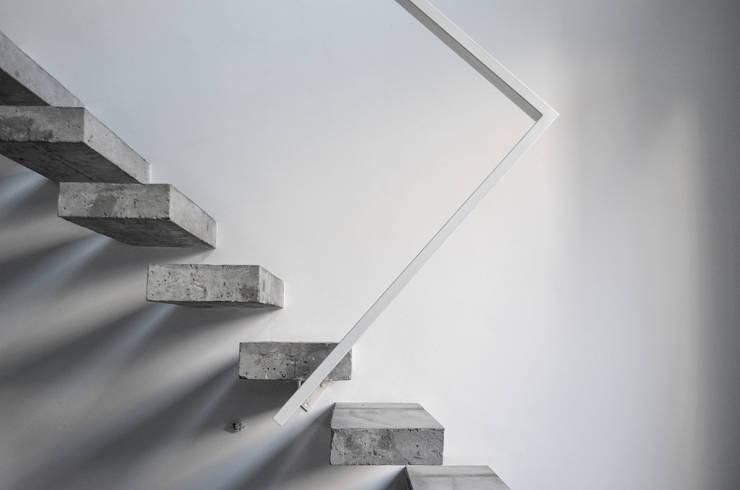 Escalera: Pasillos y recibidores de estilo  por MeMo arquitectas,