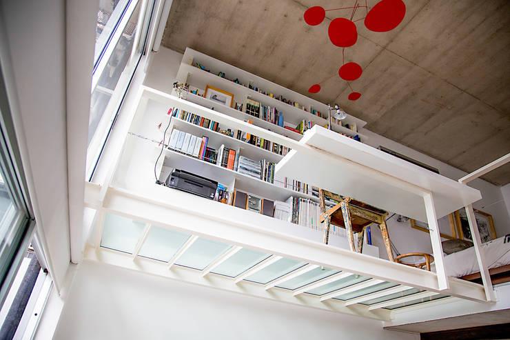 Escritorio y biblioteca: Estudios y oficinas de estilo  por MeMo arquitectas
