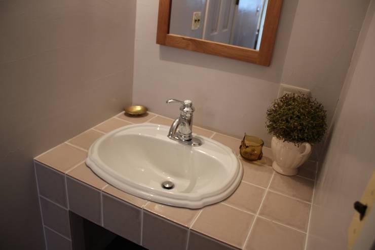 Pink &  Rose: Natural Living ナチュラルリビングが手掛けた洗面所&風呂&トイレです。,