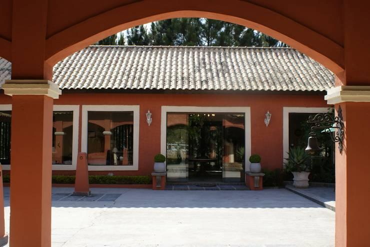 Haras da Aldeia – Aldeia da Serra – SP: Casas  por Daniela Zuffo Arquitetura e Interiores,