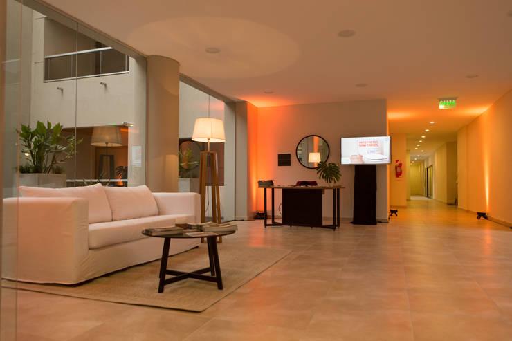 Hall y Recepción del Edificio Leguizamon 979, en Salta: Pasillos, vestíbulos y escaleras  de estilo  por Proyecto Norte