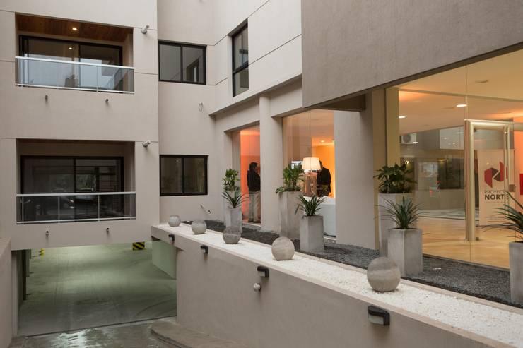 Recepción Edificio Leguizamon 979, en Salta: Pasillos y recibidores de estilo  por Proyecto Norte