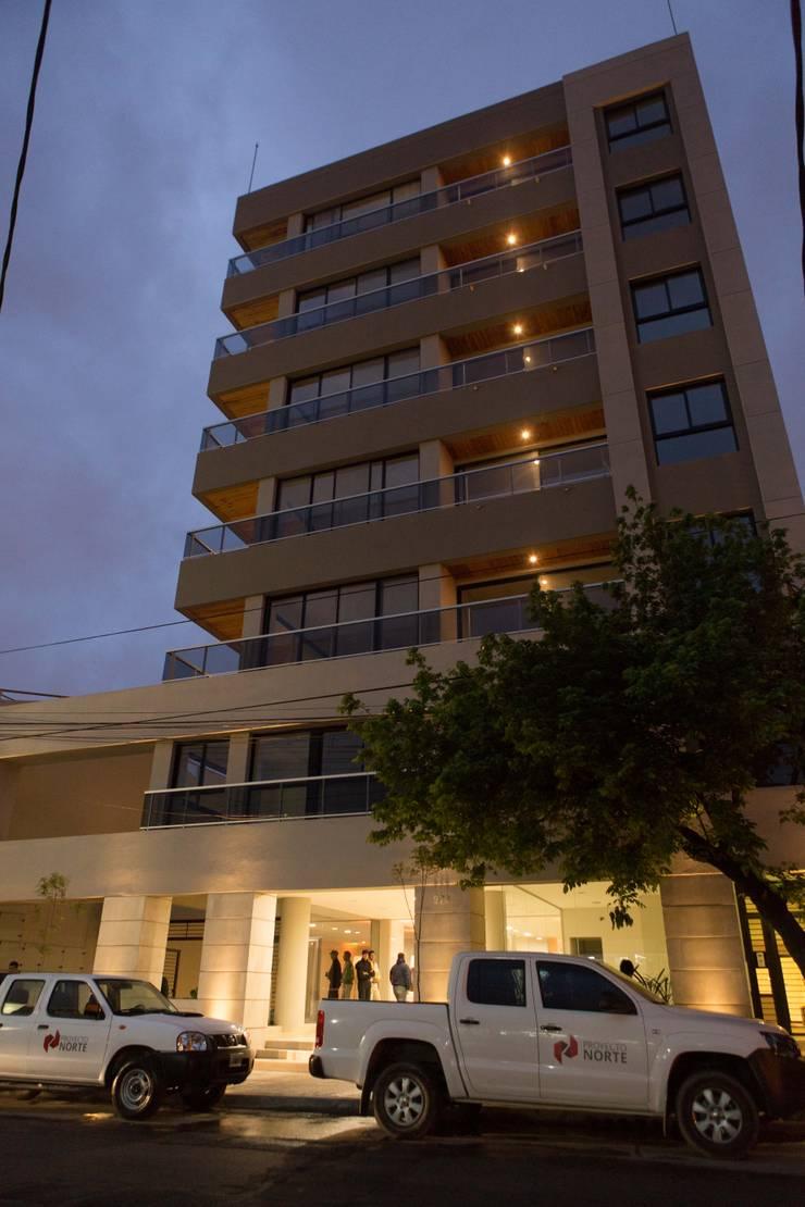 Facchada Edificio Leguizamon 979, en Salta: Casas de estilo  por Proyecto Norte