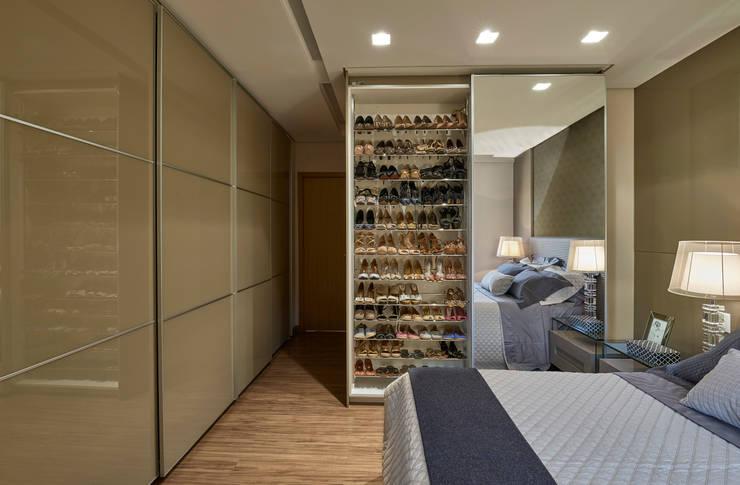 Camera da letto in stile  di Isabela Canaan Arquitetos e Associados
