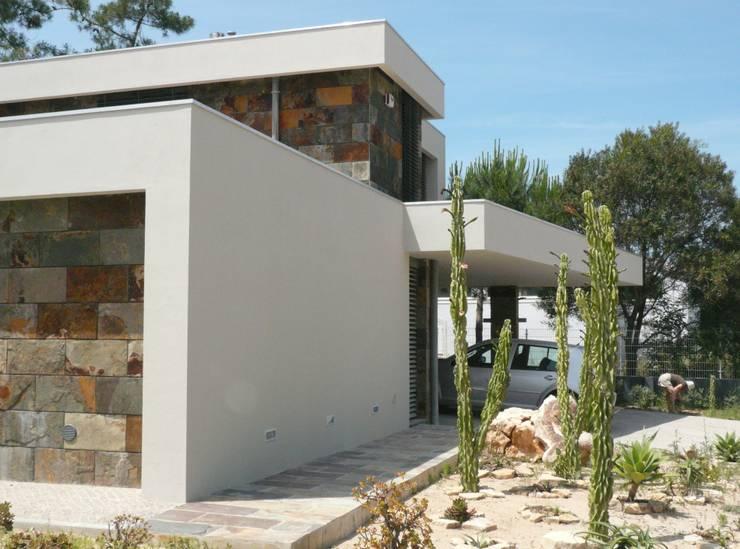 Moradia Uni-familiar – Lagoa de Albufeira, Sesimbra:   por  Trindade Arquitectura