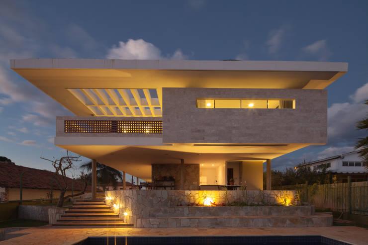 Vista posterior - noturna: Casas  por MGS - Macedo, Gomes & Sobreira