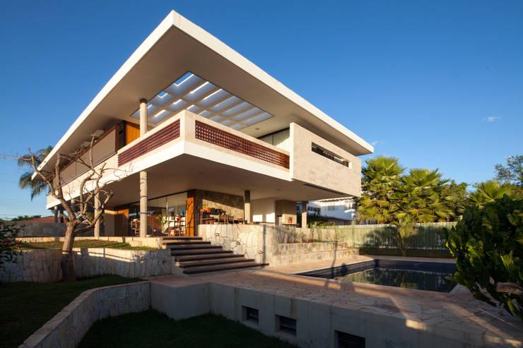 Vista lateral e posterior: Casas  por MGS - Macedo, Gomes & Sobreira
