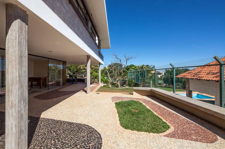 Terraço lateral: Terraços  por MGS - Macedo, Gomes & Sobreira