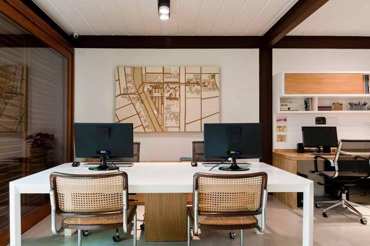 CASA DAS ACÁCIAS: Escritórios  por MPV Arquitetura Ltda