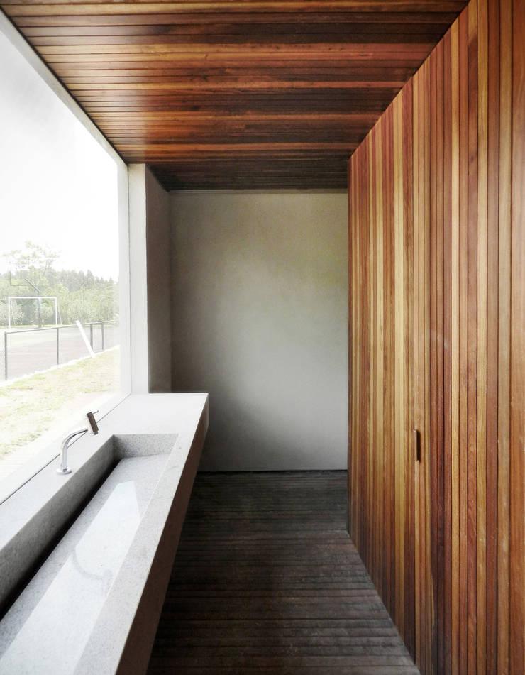 CASA CAB: Banheiros  por DAVID ITO ARQUITETURA