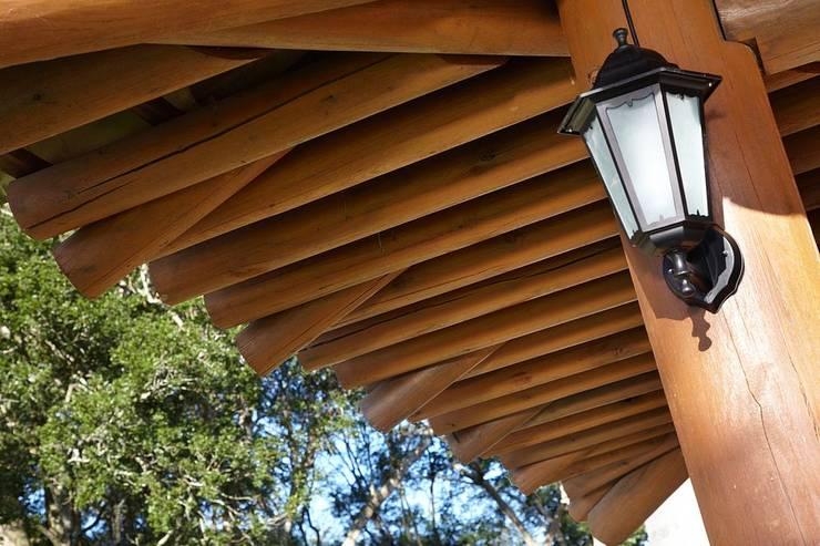 Detalhe do beiral: Casas rústicas por Moran e Anders Arquitetura