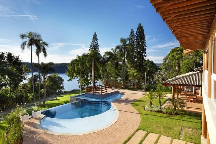 Área de lazer - piscina com borda infinita: Casas rústicas por Moran e Anders Arquitetura