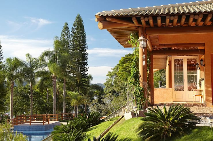 Fachada lateral - estrutura de madeira em eucalipto torneado: Casas rústicas por Moran e Anders Arquitetura