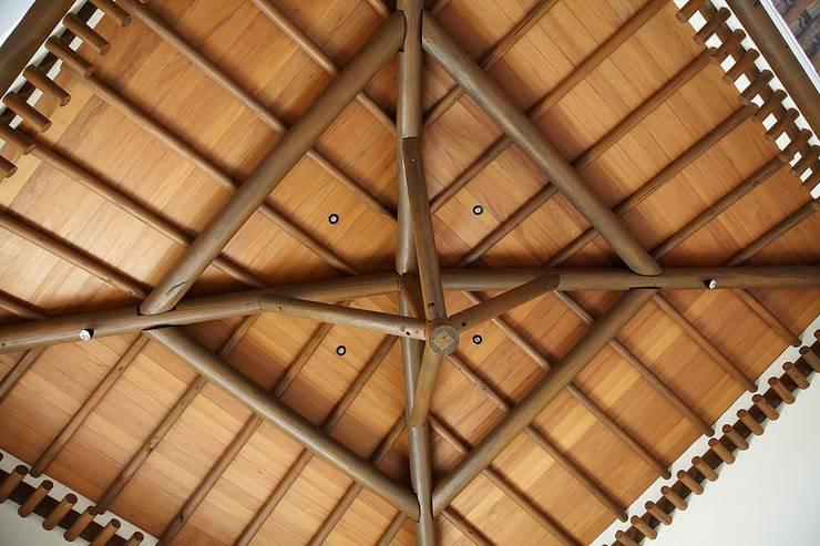 Detalhe do forro e estrutura do telhado: Salas de estar rústicas por Moran e Anders Arquitetura