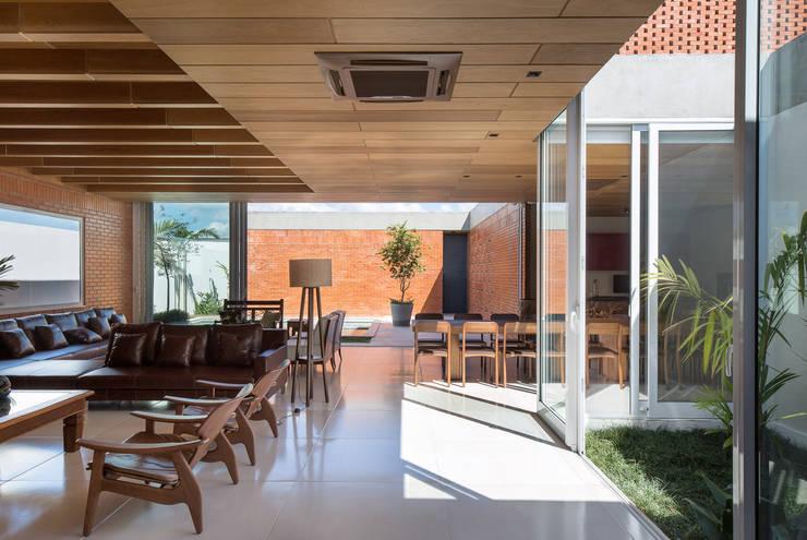 Casa Malva, Bloco Arquitetos: Salas de estar  por Joana França