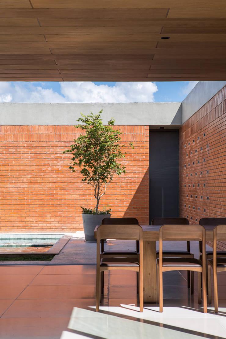 Casa Malva, Bloco Arquitetos: Salas de jantar  por Joana França