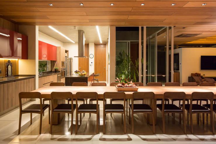 Casa Malva, Bloco Arquitetos: Salas de jantar modernas por Joana França