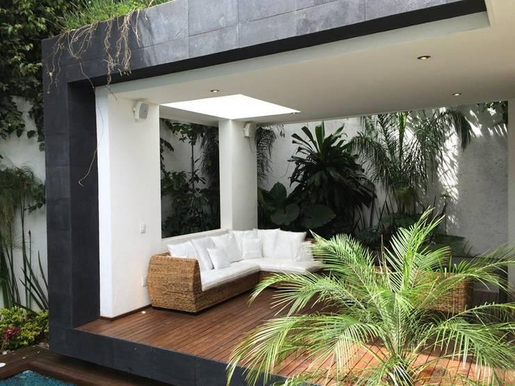 SALA MODULAR HOJA DE PLÁTANO DHARMA: Balcones y terrazas de estilo  por Sand And Garden SA de CV