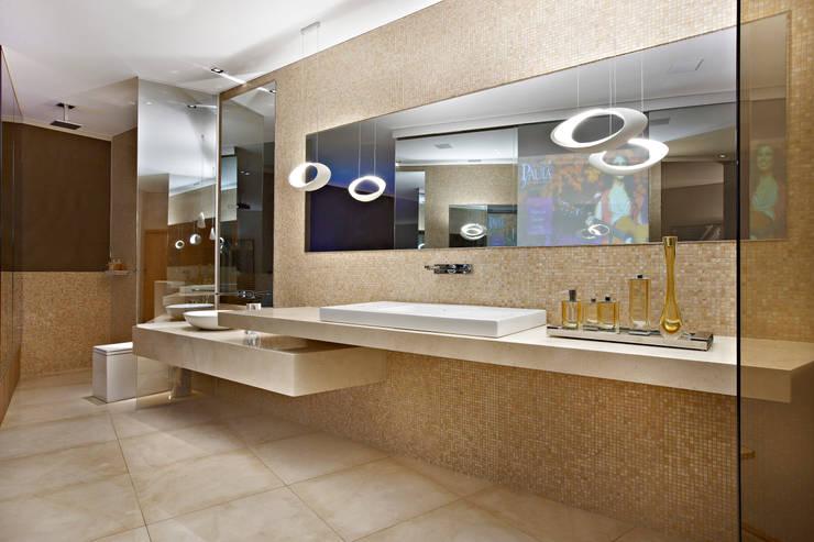 Casa Cor Minas – Loft Paula Fernandes: Banheiros  por Bellini Arquitetura e Design