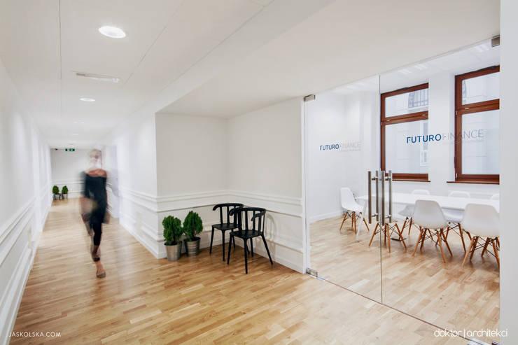 Wnętrza biurowe 'Futuro Finance' - korytarz: styl , w kategorii Biurowce zaprojektowany przez DOKTOR ARCHITEKCI