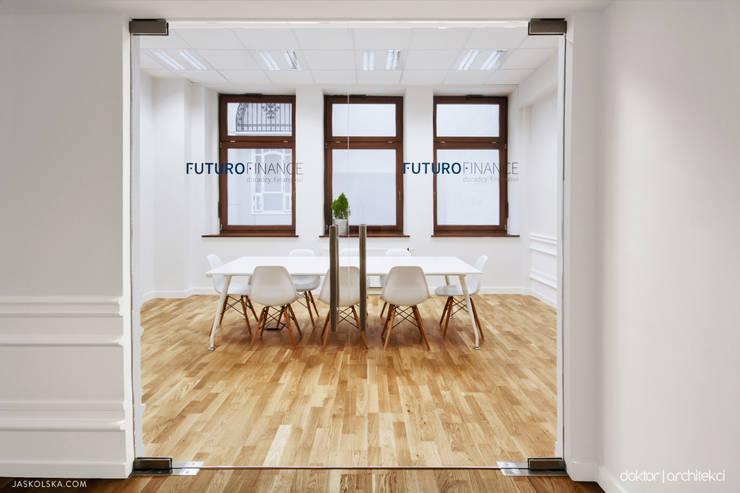 Wnętrza biurowe 'Futuro Finance' - meeting room: styl , w kategorii Biurowce zaprojektowany przez DOKTOR ARCHITEKCI