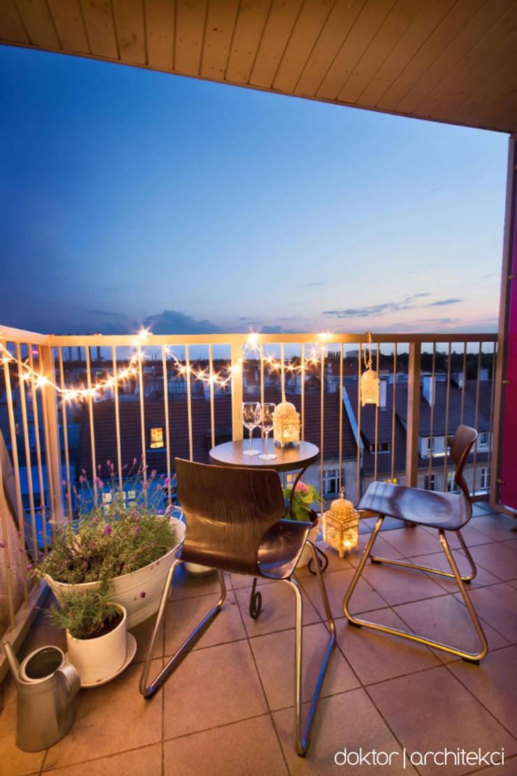 MIESZKANIE 'PONAD DACHAMI' - balkon (little Paris in Wroclaw) wieczór: styl , w kategorii Taras zaprojektowany przez DOKTOR ARCHITEKCI,Minimalistyczny Ceramiczny