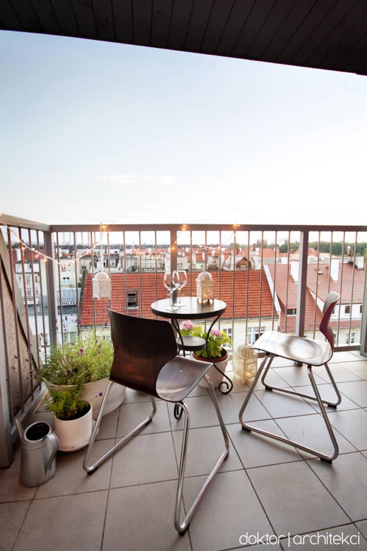 MIESZKANIE 'PONAD DACHAMI' - balkon (little Paris in Wroclaw): styl , w kategorii Taras zaprojektowany przez DOKTOR ARCHITEKCI,Minimalistyczny Ceramika