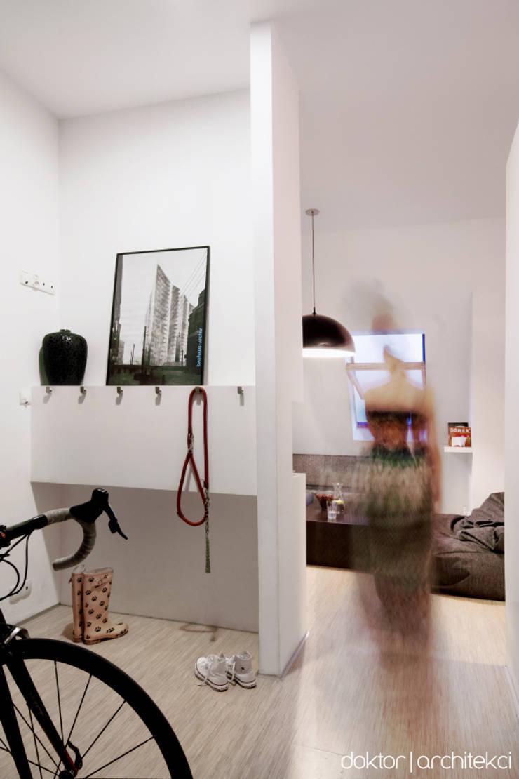 MIESZKANIE 'PONAD DACHAMI' - przedpokój: styl , w kategorii Korytarz, przedpokój zaprojektowany przez DOKTOR ARCHITEKCI,Minimalistyczny Sklejka