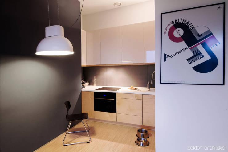 MIESZKANIE 'PONAD DACHAMI' - aneks kuchenny: styl , w kategorii Kuchnia zaprojektowany przez DOKTOR ARCHITEKCI,Minimalistyczny Sklejka