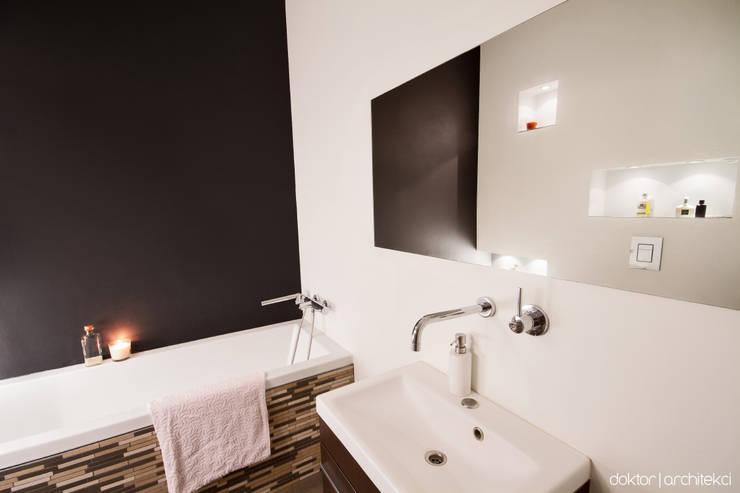 MIESZKANIE 'PONAD DACHAMI' - łazienka: styl , w kategorii Łazienka zaprojektowany przez DOKTOR ARCHITEKCI,Minimalistyczny