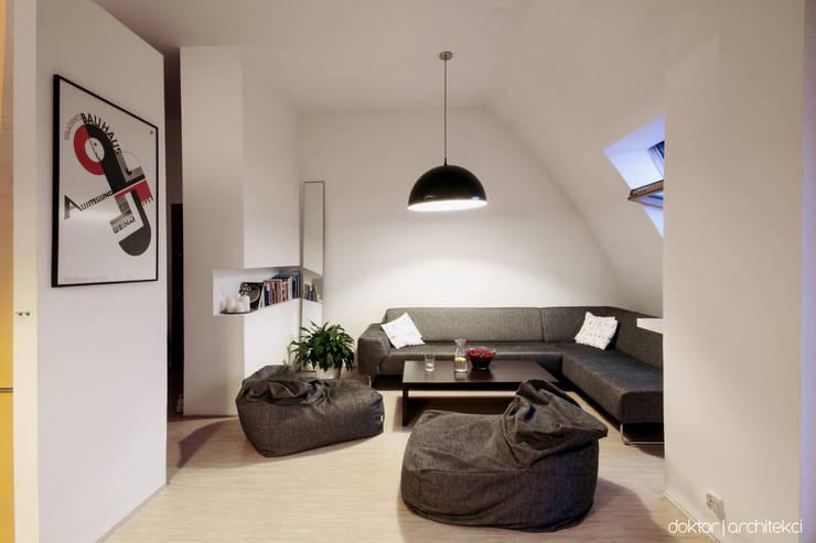 MIESZKANIE 'PONAD DACHAMI' - salon: styl , w kategorii Salon zaprojektowany przez DOKTOR ARCHITEKCI,Minimalistyczny Naturalne włókno Beżowy