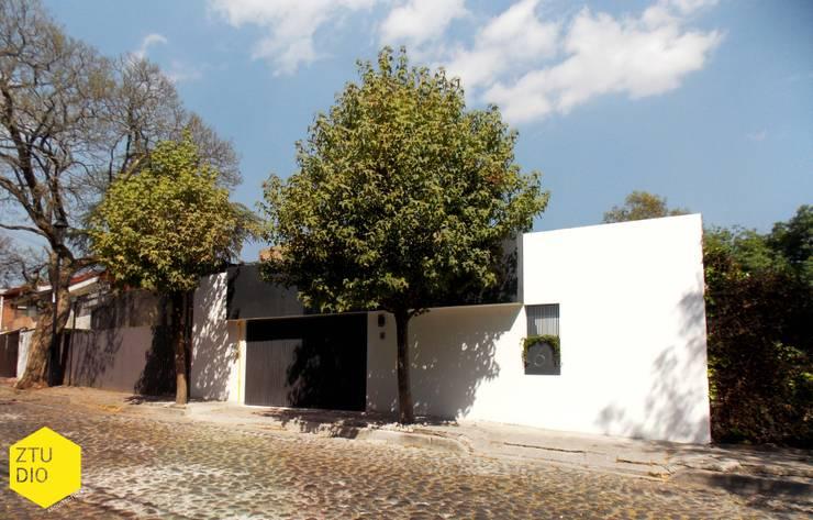 Fachada principal: Casas de estilo  por ZTUDIO-ARQUITECTURA