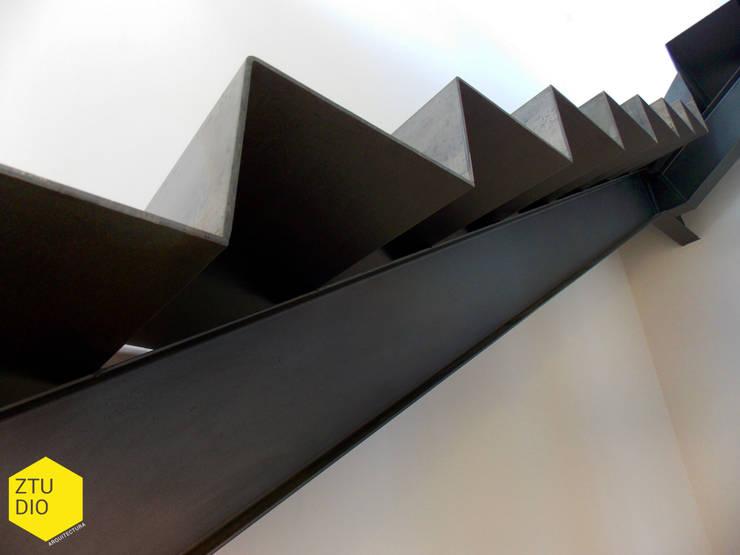 Escaleras: Casas de estilo  por ZTUDIO-ARQUITECTURA